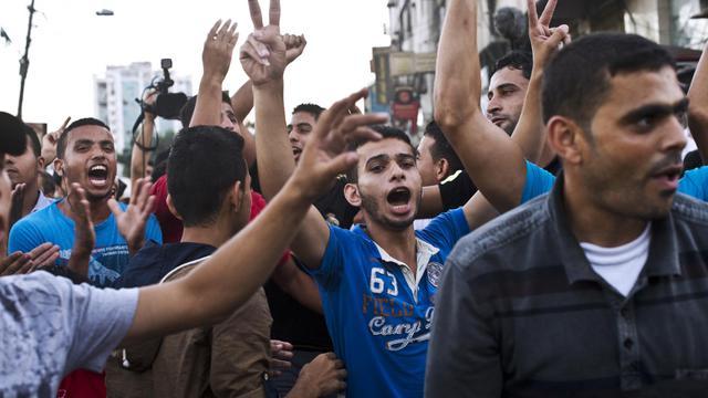 """Des Palestiniens font le """"v"""" de la victoire à Gaza City après l'annonce d'une trêve illimitée avec Israël, le 26 août 2014 [Roberto Schmidt / AFP]"""