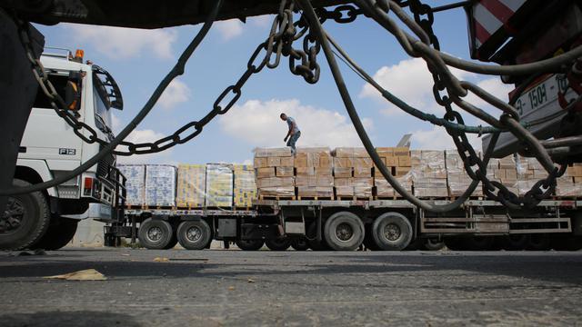 Un camion chargé de marchandises à l'entrée de la bande de Gaza, au poste frontière de Kerem Shalom (en hébreu) ou Kerem Abou Salem (en arabe), le 28 aout 2014 [Said Khatib / AFP]
