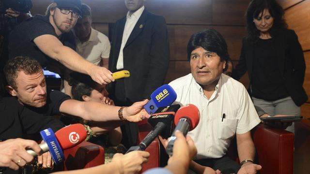 Le président bolivien Evo Morales s'adresse à des journalistes à l'aéroport de Schwechat, près de Vienne, le 3 juillet 2013 [Helmut Fohringer / APA/AFP]
