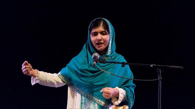 Malala Yousafzai prononce un discour après avoir reçu le prix Anna Politkovskaïa, le 4 octobre 2013 à Londres [Justin Tallis / AFP/Archives]