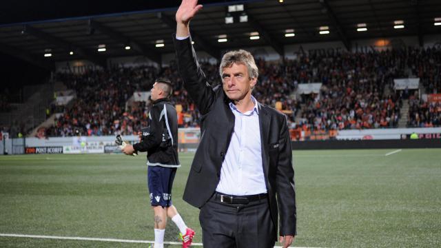 L'entraîneur Christian Gourcuff remercie les supporteurs de Lorient à l'issue du match de L1 contre Lille, le 17 mai 2014, son dernier au Moustoir comme entraîneur des Merlus. [Jean-Sébastien Evrard / AFP/Archives]