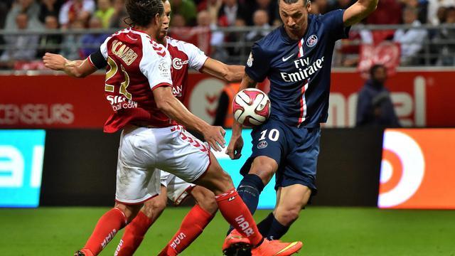 L'attaquant suédois du Paris SG Zlatan Ibrahimovic à la lutte avec le défenseur de Reims Mickael Tancalfred, le 8 août 2014 lors du match entre les deux équipes comptant pour la 1re journée de Ligue 1. [Philippe Huguen / AFP]