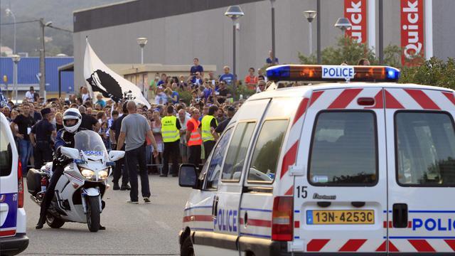 Des policiers tiennent éloignés des supporteurs lors de la rencontre entre Bastia et Marseille, le 9 août 2014 aux abords du stade Armand Cesari à Bastia, en Corse. [Pascal Pochard Casabianca / AFP/Archives]