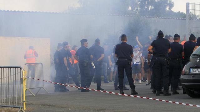 Supporteurs bastiais et CRS face à face aux aborts du Furiani avant la rencontre de Ligue 1 entre Bastia et Marseille, le 9 août 2014 [Pascal Pochard Casabianca / AFP]
