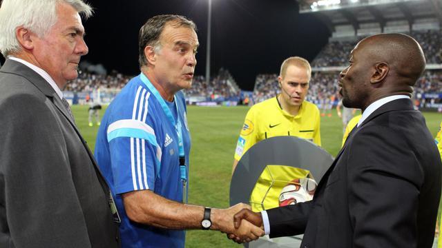 L'entraîneur de Marseille Marcelo Bielsa (g) salue son homologue de Bastia Claude Makelele, le 9 août 2014 au stade Armand Cesari [Pascal Pochard Casabianca / AFP]