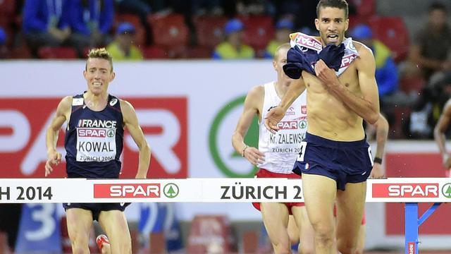 Le Français Mahiédine Mekhissi enlève son maillot lors de la dernière ligne droite du 3000 m steeple, aux Championnats d'Europe à Zurich, le 14 août 2014 [Olivier Morin / AFP]