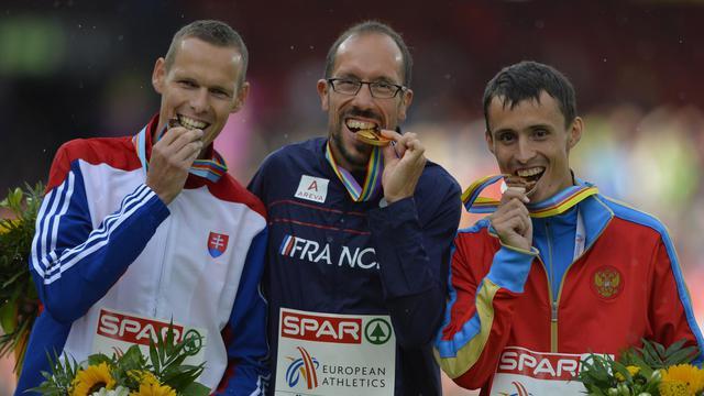 Yohann Diniz (centre) sur le podium après avoir remporté l'or au 50 km marche à Zurich le 15 août 2014  [Fabrice Coffrini / AFP]
