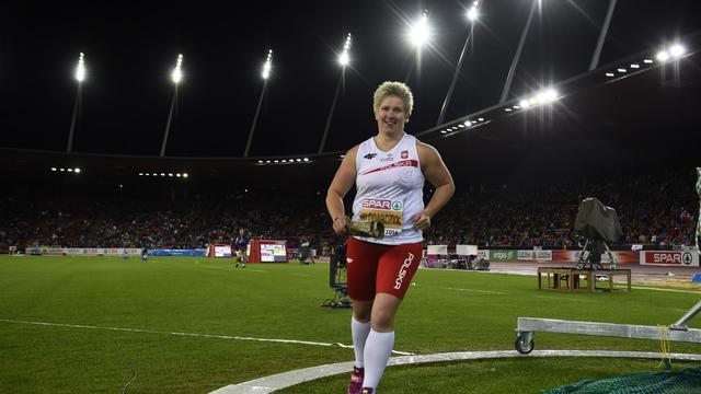 La Polonaise Anita Wlodarczyk fait un tour d'honneur après sa victoire au lancer du marteau lors des Championnats d'Europe d'Athlétisme, le 15 août 2014 au Letzigrund à Zürich [ / AFP/Archives]