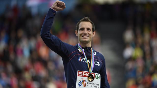Renaud Lavillenie sur la plus haute marche du podium de l'épreuve de saut à la perche des Championnats d'Europe d'athlétisme, le 16 août 2014 à Zurich. [Olivier Morin / AFP/Archives]