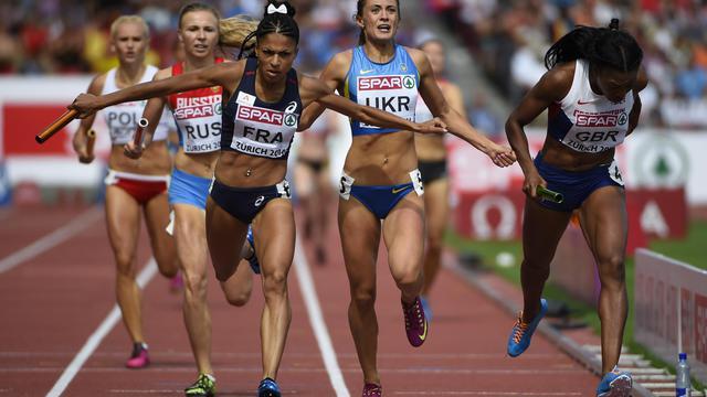 La Française Floria Guei (g) passe la ligne d'arrivée du relais féminin 4x400 m, le 17 août 2014 à Zurich  [Olivier Morin / AFP]