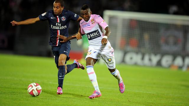 Lucas Moura (gauche), pour le PSG, à la lutte avec Clarck NSikulu, pour Evian,le 22 août au Parc des Sport à Annecy [Jean-Pierre Clatot / AFP]