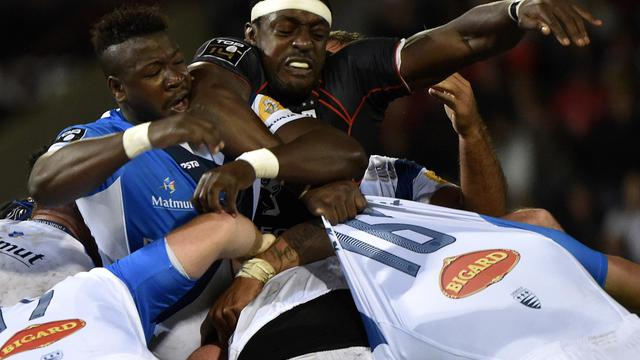 Le Toulousain Yannick Nyanga et le Cstrais Ibrahim Diarralors d'un ballon porté lors d'un match de Top 14, le 22 août 2014 à Toulouse. [Pascal Pavani / AFP]