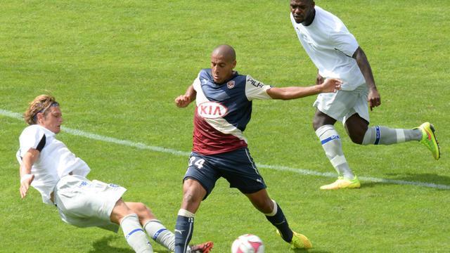 Le milieu tunisien de Bordeaux Wahbi Khazri (c) commet une faute sur le Bastiais Guillaume Gillet (g), lors du match de L1 au stade Chaban-Delmas, le 31 août 2014 [Mehdi Fedouach / AFP]
