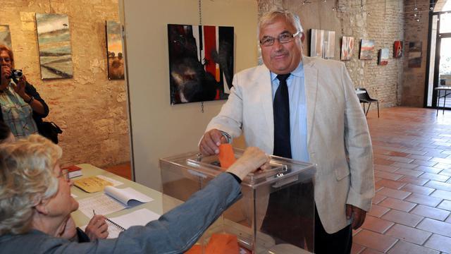 Le candidat PS à l'élection législative partielle de Villeneuve-sur-Lot, Bernard Barral, vote le 16 juin 2013 à Penne- d'Agenais [MEHDI FEDOUACH / AFP Photo]
