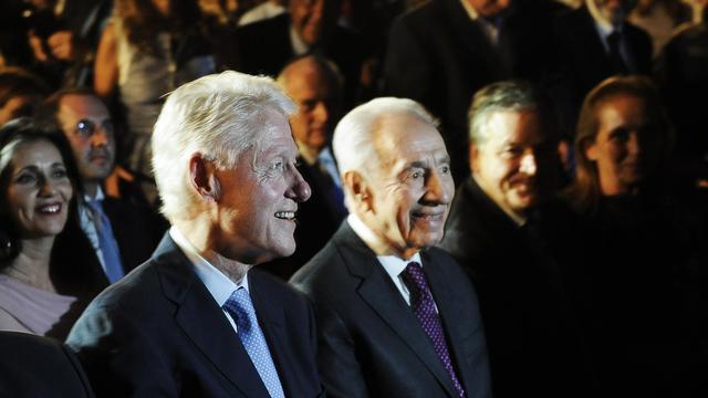 Le président israélien Shimon Peres (c), accompagné de l'ancien président des Etats-Unis, Bill Clinton, le 17 juin 2013 à Rehovot [David Buimovitch / AFP]