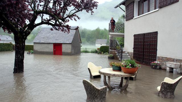 Un jardin inondé après une crue, le 18 juin 2013 à Loudenvielle dans la vallée de Louron [Laurent Dard / AFP]