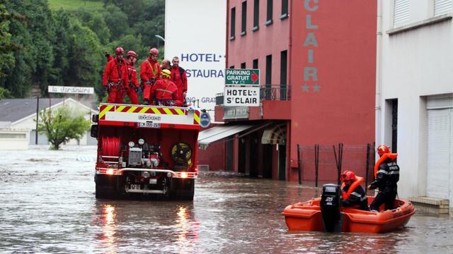 Les pompiers le 18 juin 2013 dans Lourdes inondée