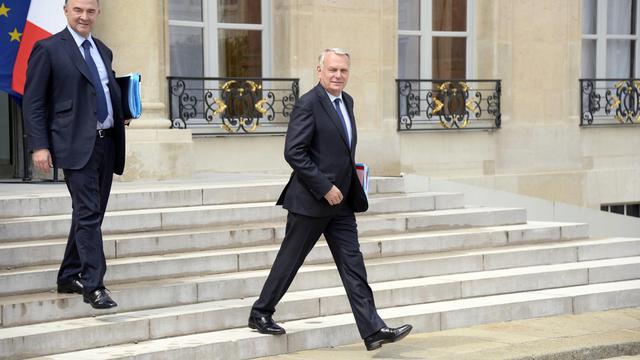 Le ministre français de l'Economie Pierre Moscovici (g) et le Premier ministre Jean-Marc Ayrault, le 19 juin 2013 à Paris [Bertrrand Guay  / AFP]