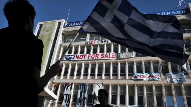 Des personnes manifestent devant le siège d'ERT, à Athènes, le 19 juin 2013 [Louisa Gouliamaki / AFP Photo]