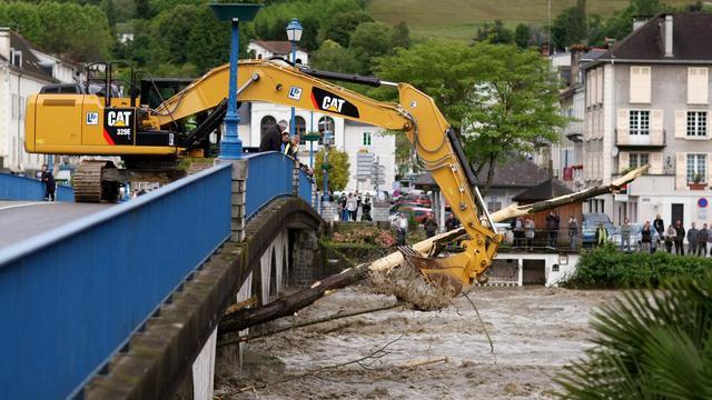 Un bulldozer réalise des opérations de nettoyage après des crues, le 19 juin 2013 à Nay dans le sud-ouest de la France [David Le Deodic / AFP Photo]