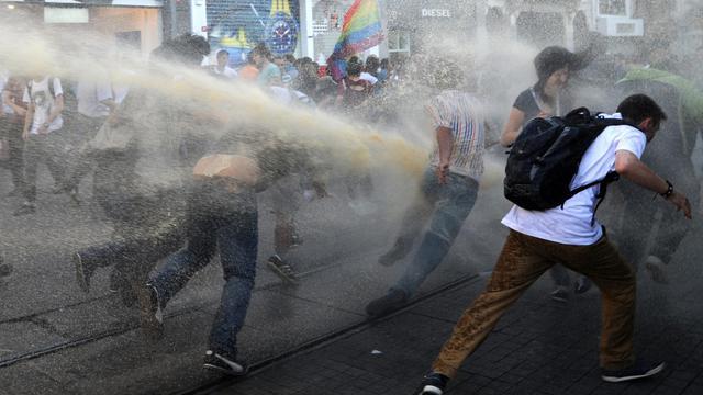 La police disperse des manifestants, le 20 juillet 2013 à l'entrée de la place Taksim, à Istanbul [Bulent Kilic / AFP/Archives]
