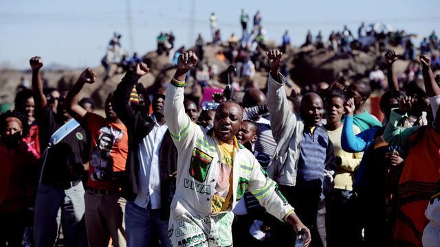 Des Sud-Africains commémorent, le 16 août 2013 à Marikana, la fusillade qui avait fait 34 morts l'année dernière lors d'une grève de mineurs [Stephane de Sakutin / AFP]