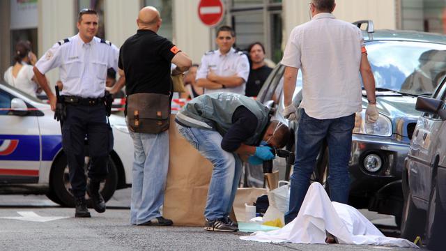 Experts et policiers autour du corps de l'homme abattu par un bijoutier le 11 septembre 2013 à Nice [Jean-Christophe Magnenet  / AFP]