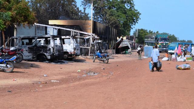 Des voitures et des habitations dévastées après une attaque de Boko Haram à Benisheik, au Nigeria, le 19 septembre 2013 [ / AFP/Archives]