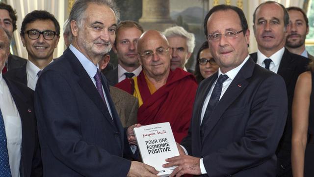 """Jacques Attali à l'elysée le 21 septembre 2013 pour la remise de son rapport sur l'""""économie positive"""" [Etienne Laurent / POOL/AFP/Archives]"""