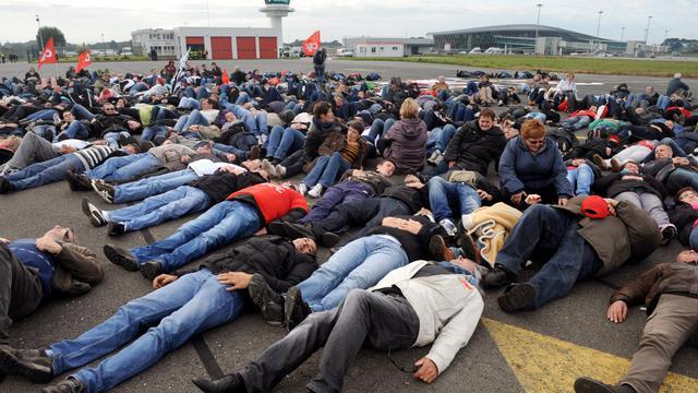 Des salariés de l'agroalimentaire bloquent le 14 octobre 2013 le tarmac de l'aéroport de Rennes   [Fred Tanneau / AFP]