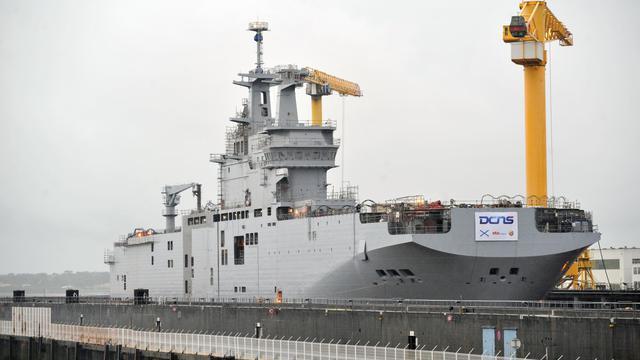 """Le navire de guerre """"Vladisvostok"""" contruit par les chantiers navals de STX France pour la Russie, lors de sa mise à flot dans le port de Saint-Nazaire, le 15 octobre 2013 [Frank Perry / AFP]"""