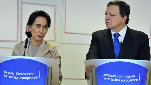 La chef de l'opposition birmane, Aung San Suu Kyi, et le président de la Commission européenne José Manuel Barroso, le 19 octobre 2013 à Bruxelles [Georges Gobet / AFP]