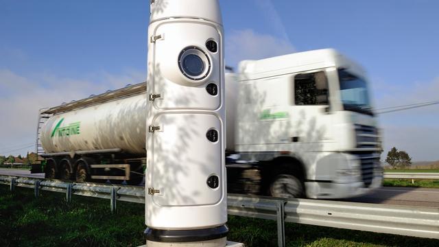 Un camion passe devant un portique écotaxe [Philippe Huguen / AFP/Archives]