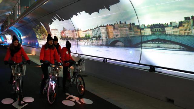 Des cyclistes roulent dans le nouveau tunnel construit à Lyon pour les piétons, les vélos et les bus, le 5 décembre 2013, jour de l'inauguration [Philippe Merle / AFP]
