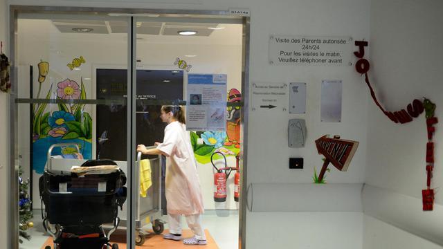 Une employée dans un couloir de la maternité de Chambéry le 5 janvier 2014 [Philippe Desmazes / AFP]