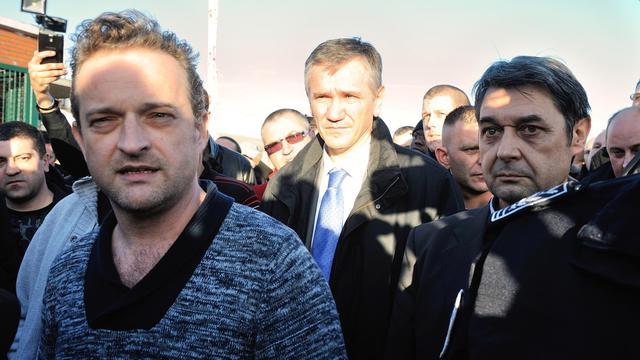 Mickaël Mallet, délégué CGT, le 7 janvier 2014 devant l'usine Goodyear d'Amiens. A droite: le directeur des ressources humaines, Bernard Glesser [Denis Charlet / AFP]