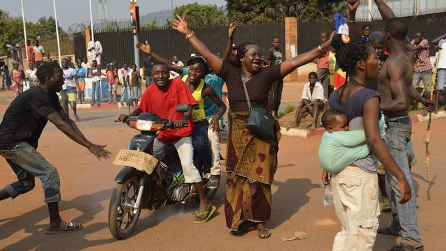 Des personnes se réjouissant de la démission du président centrafricain Michel Djotodia, le 10 janvier 2014 à Bangui  [Eric Feferberg / AFP/Archives]