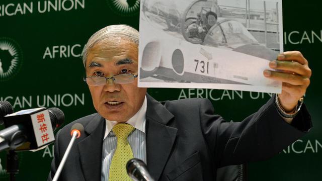 XieXiaoyan, l'ambassadeur de Chine en Ethiopie et auprès de l'Union africaine, montre une photo du Premier ministre japonais Shinzo Abe dans un avion de chasse, lors d'une conférence de presse, le 15 janvier 2014 à Addis Abbeba [Carl de Souza / AFP]