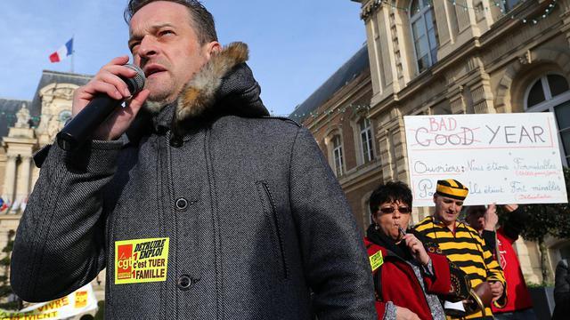 Le leader de la CGT Mickaël Wamen (g) s'adresse le 18 janvier 2014 aux employés de Goodyear, à Amiens [François Nascimbeni / AFP/Archives]