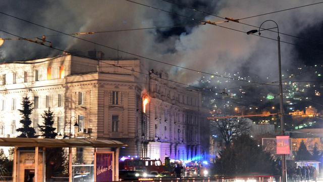 Des pompiers tentent d'éteindre l'incendie d'un bâtiment officiel à Sarajevo le 7 février 2014 [Elvis Barukcic / AFP]