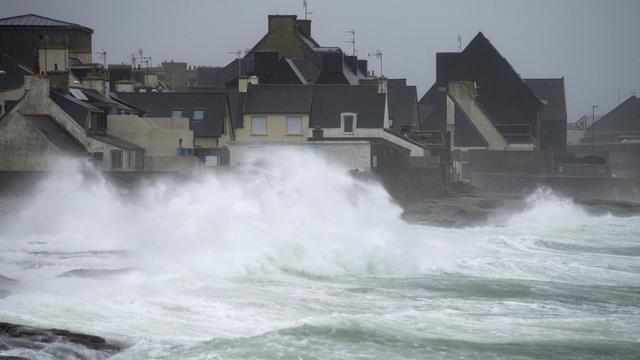 Le rivage balayé par des vagues violentes le 14 février 2014 au Guilvinec [Jean-Sebastian Evrard / AFP/Archives]