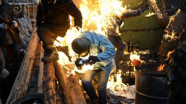 Des manifestants touchés par le feu sur les barricades lors des affrontements avec la police à Kiev le 20 février 2014 [Bulent Kilic / AFP]