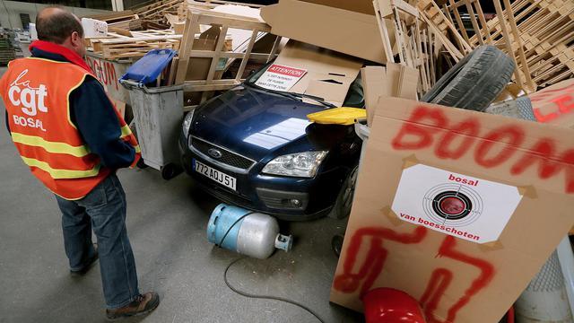 Un employé de l'usine Bosal-le-Rapide à Beine-Nauroy, dans la Marne, devant un grand bûcher installé à l'intérieur des locaux, le 27 mars 2014 [François Nascimbeni / AFP]