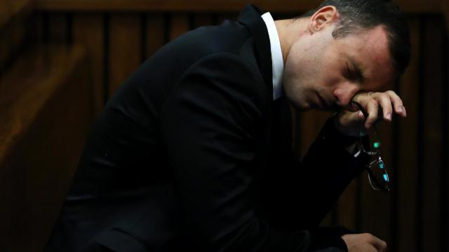 Oscar Pistorius dans le box des accusés, à son procès à Pretoria le 7 avril 2014 [Themba Hadebe / POOL/AFP/Archives]