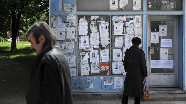 Des passants le 29 avril 2014 dans une rue de Rassovo, ville du nord-ouest de la Bulgarie, région la plus pauvre d'Europe [Nikolay Doychinov / AFP/Archives]
