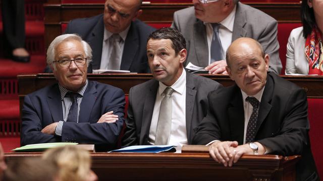 Thierry Mandon entre Francois Rebsamen et Jean-Yves Le Drian le 4 juin 2014 à l'Assemblée nationale à Paris [François Guillot / AFP/Archives]