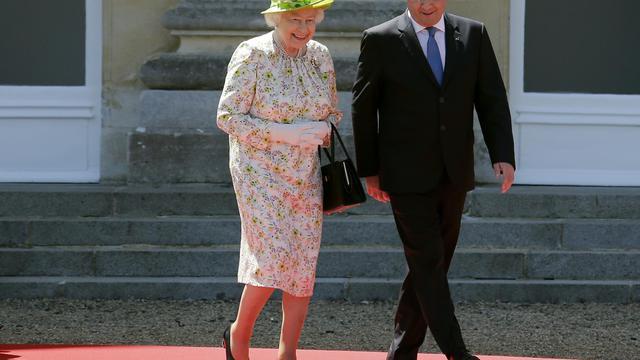 La reine Elizabeth II marche avec le président François Hollande au chateau de Bénouville le 6 juin 2014  [Régis Duvignau / POOL/AFP]