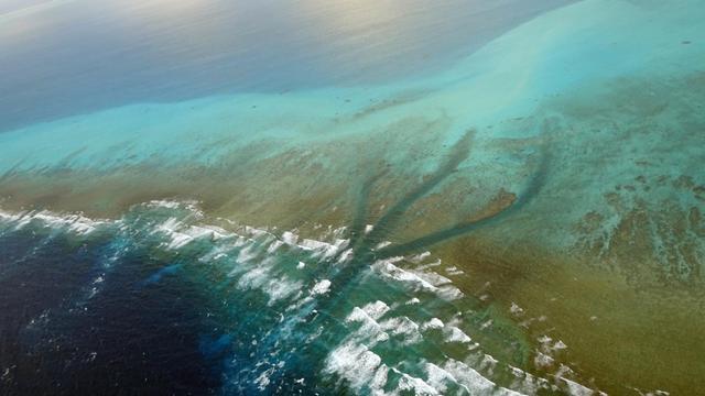 Vue aérienne de la couronne de corail française de Bassas da India, le 13 avril 2014 [Sophie Lautier / AFP]
