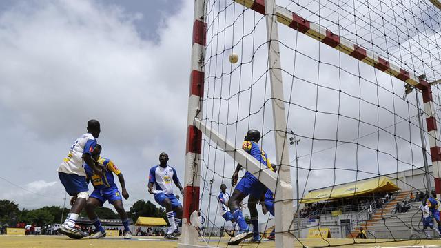 Des joueurs de football lors du tournoi de la Coupe Maracana à Bouaké (Côte d'Ivoire) le 8 juin 2014 [Sia Kambou / AFP/Archives]