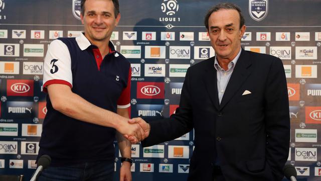 L'entraîneur Willy Sagnol (gauche) pose avec le président de Bordeaux Jean-Louis Triaud, lors de son intronisation à la tête des Girondins, le 10 juin 2014 au Haillan [ / AFP/Archives]